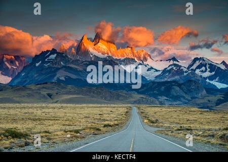 Cerro Fitz Roy rango al amanecer, Cordillera de Los Andes, el Parque Nacional Los Glaciares, camino a El Chaltén, Patagonia, Argentina