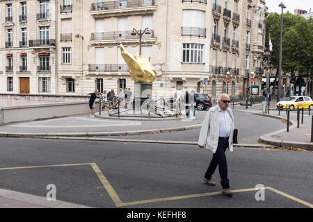 Visitantes alrededor de la Flamme de la Liberté, en París, Francia