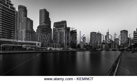 Una larga exposición vista del horizonte de Dubai Marina después del atardecer. Foto de stock
