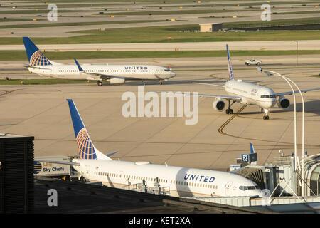 Chicago, Illinois - tres United Air Lines chorros en la terminal en el aeropuerto internacional O'hare.