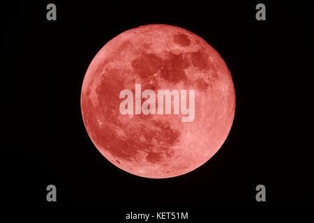 Luna de sangre completa en la oscuridad de la noche Foto de stock