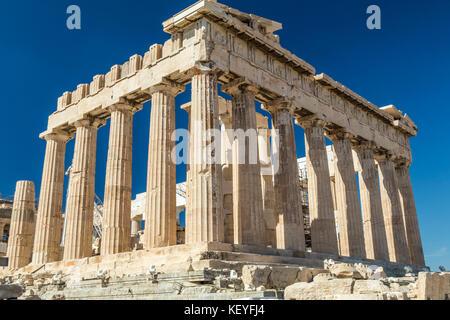El Partenón es un templo antiguo, en la Acrópolis ateniense dedicado a la diosa Atenea, a quien el pueblo de Atenas consideró su patrona.
