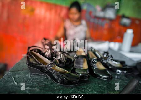 Los pares recién hechos de zapatos de piel de patente femenina se ven colocados en la mesa en un taller de fabricación de zapatos en San Salvador, el Salvador, 16 de noviembre de 2016