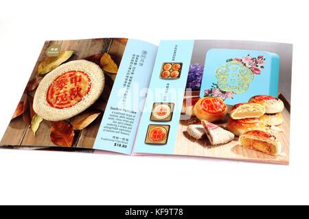 Thye Moh Chan librito mostrando Teochew Mooncakes