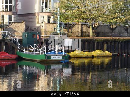Butts Ferry se acciona manualmente mediante el transporte de un cable fijo. Cruza el Río Exe en el muelle de Exeter. Exeter, Devon, Reino Unido.