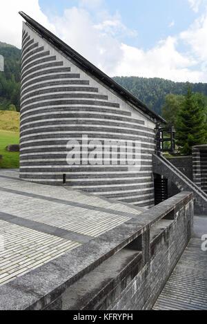 La iglesia del célebre arquitecto Mario Botta en mogno sobre los alpes suizos