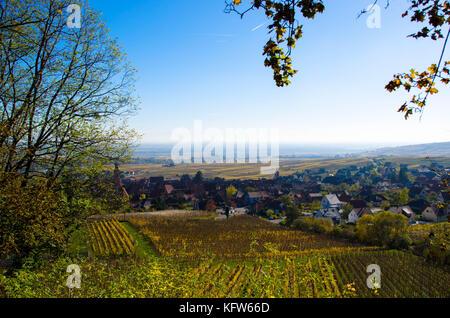 Vistas a la aldea de riquewihr en Alsacia