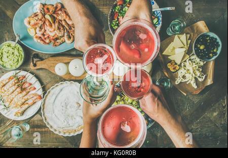 Plano de laicos amigos manos comiendo y bebiendo juntos, composición horizontal