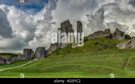 Las ruinas del castillo Corfe, en Dorset, Inglaterra, Reino Unido, Europa