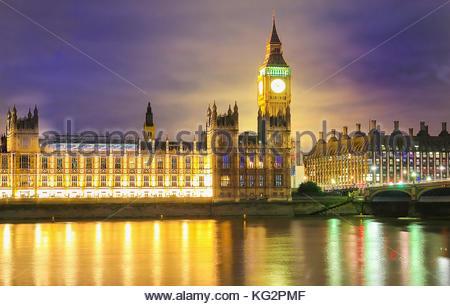 El Big Ben y el Parlamento en la noche de Londres. Foto de stock