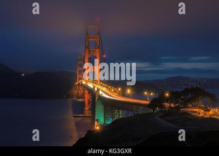Puente Golden Gate en la noche visto desde San Francisco. Foto de stock