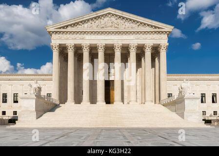 Edificio de la Corte Suprema de los Estados Unidos y fuente en día soleado en Washington DC, Estados Unidos.