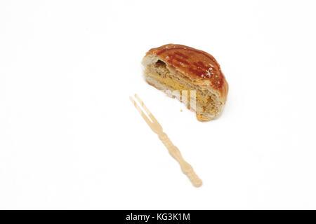 Mooncake Teochew - Salado Tau Sar con yema de huevo cortado por la mitad y horquilla de plástico chino