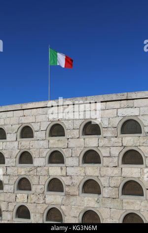 Vicenza, vi, Italia - 8 de diciembre de 2015: memorial de guerra de la primera guerra mundial llamado ossario del monte Grappa. Muchas tumbas de soldados murieron italiano
