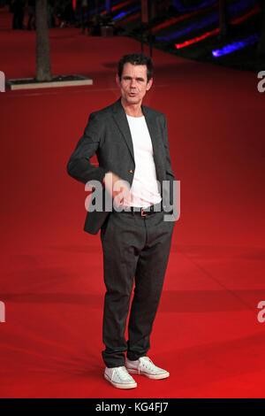 """Roma, Italia - 02 de noviembre: Tom Tykwer y Antonio Monda caminar una alfombra roja para """"Babilonia"""" de Berlín durante el 12º Festival de Roma en el Auditorium Parco della Musica, el 2 de noviembre de 2017 en Roma, Italia."""