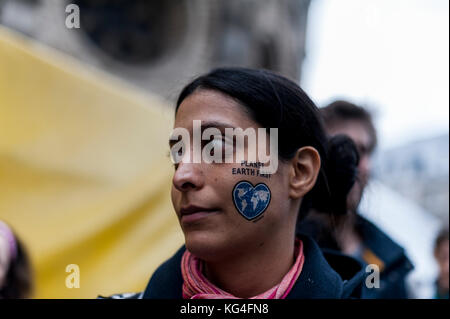 Bonn, Alemania. 4 nov, 2017. Una mujer tiene un pull-off tatuaje con la inscripción ''planet earth first'' en la mejilla. Según los organizadores, 25.000 personas de todo el mundo demuestran por la justicia climática y el 100 por ciento de energía renovable en armonía con la naturaleza.La 23ª Conferencia de las Naciones Unidas sobre cambio climático, COP 23, tendrá lugar del 06 al 17 de noviembre de 2017 en Bonn. Crédito: markus heine/sopa/zuma alambre/alamy live news