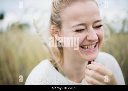 Mujer joven sonriente en la naturaleza