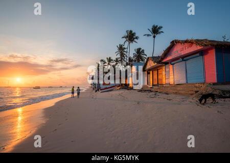 Playa Bavaro Higuey, Bávaro, Punta Cana, República Dominicana. Cabañas en la playa al amanecer.