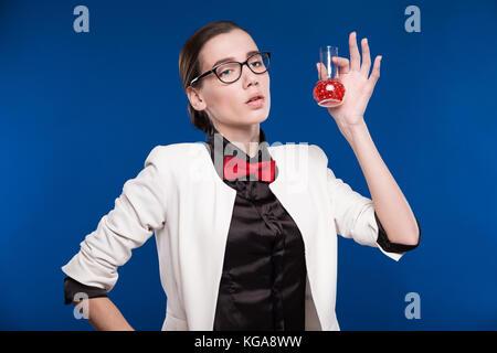 Girl with red vial en su mano