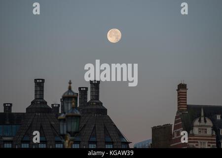 La luna sobre Portcullis House y Old Scotland Yard en amanecer en otoño