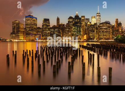Horizonte de Nueva York Nueva York Estados Unidos Nueva York Manhattan skyline cielo tormentoso próximos a través de Manhattan y el East River de Nueva York Pier Brooklyn Nueva York, EE.UU. Foto de stock