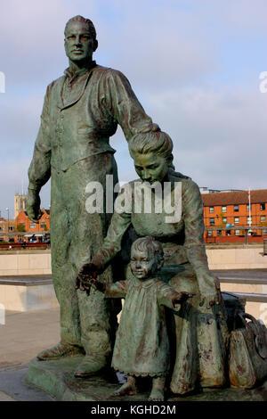 Neil hadlock la estatua de la Virgen sobre la inmigración y la ciudad de Kingston-upon-Hull. hull marina, East Yorkshire, Inglaterra Foto de stock