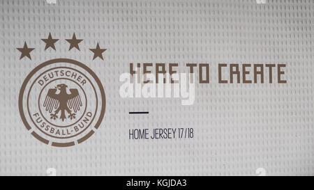 Berlín, Alemania . 07 Nov, 2017. eslogan, aquí para crear, home jersey - dfb - Presentación de la próxima Copa del Mundo de 2018 en Rusia - WM 2018, la base de Berlín, uferhallen, Foto: Uwe koch/fotobasis.org crédito: Uwe koch/alamy live news