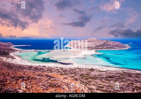 Playa de balos, Grecia isla. La puesta de sol sobre la laguna de balos en Creta.