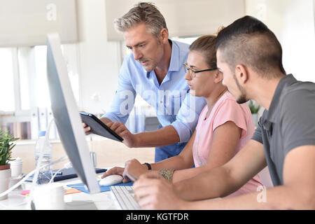 Curso de formación de los estudiantes de diseño con tablet