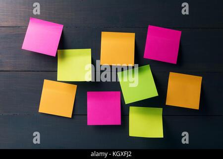 Colorido en blanco sobre fondo de madera de Sticky notes