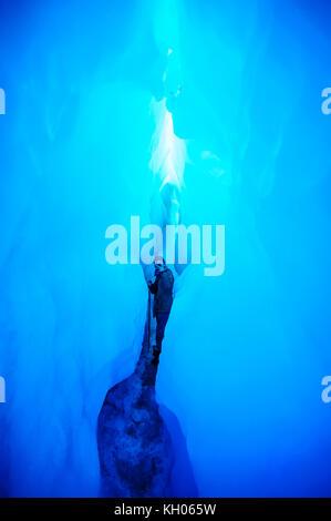 Muy bluie hielo en una cueva de hielo en el glaciar Fox, Isla del Sur, Nueva Zelanda