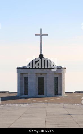 Vicenza, vi, Italia - 8 de diciembre de 2015: memorial de guerra de la primera guerra mundial llamado ossario del monte Grappa. pequeña iglesia con cruz