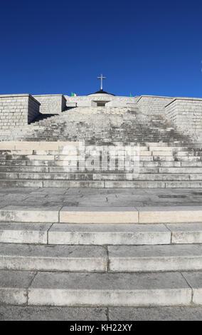 Vicenza, vi, Italia - 8 de diciembre de 2015: memorial de guerra de la primera guerra mundial llamado ossario del monte Grappa. larga escalinata del monumento