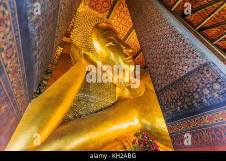 Bangkok, Tailandia. Buda reclinado, estatua de oro en el templo Wat Pho.