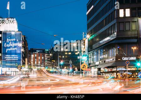 Helsinki, Finlandia - Diciembre 7, 2016: vista nocturna del semáforo en la calle kaivokatu senderos en la tarde Foto de stock