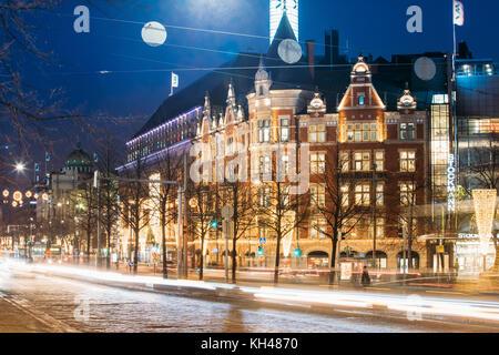 Helsinki, Finlandia - Diciembre 7, 2016: vista nocturna del semáforo senderos en la calle Avenida mannerheim en Foto de stock
