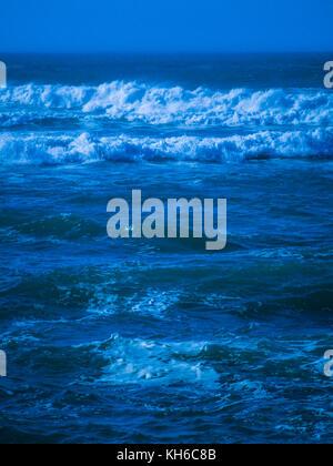 / Tratamiento de imágenes estilizadas mar agitado las olas fuera de Newquay en Cornualles. Foto de stock
