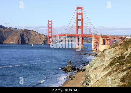 Puente Golden Gate y Baker Beach en un claro día soleado de otoño.