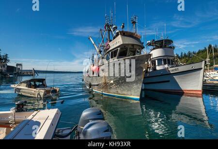 Barcos de pesca en el puerto deportivo de Quathiaski Cove en Quadra Island, zona de la isla de Vancouver, Columbia Británica, Canadá