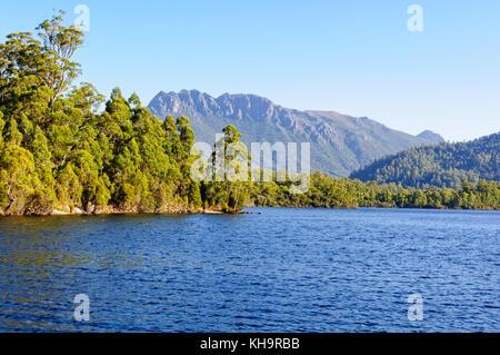 Lago rosebery es un depósito hecho por el hombre en la región de la costa oeste de Tasmania, Australia