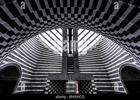 Moderno interior de la capilla de San Giovanni Battista chiesa, arquitecto Mario Botta, mogno, lavizzara, Tesino, Suiza