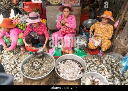 Las mujeres en el mercado de pescado en Kampot, Camboya