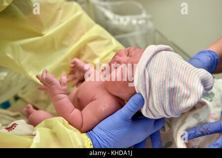 Bebé recién nacido está desprotegiendo inmediatamente después de su nacimiento