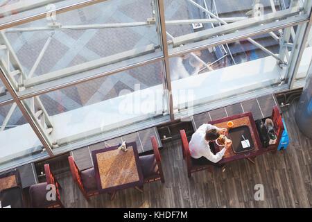 Almuerzo de negocios, vista superior del empresario de comer en la cafetería, un alto ángulo de cantina para empleados