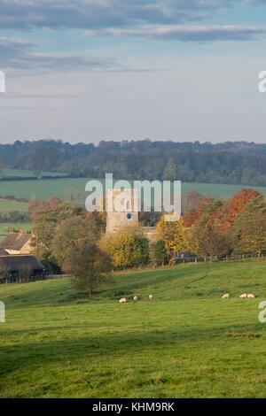 Iglesia de St Marys Upper Heyford en otoño. Upper Heyford, Oxfordshire, Inglaterra