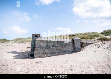 Búnker alemán de la segunda guerra mundial en una playa en verano danés Foto de stock