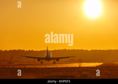 Las vacaciones viajar en avión aeropuerto de aterrizaje sol del atardecer avión aviones