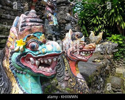 Cerca de dioses dragón pintado con oferta de huevo en la desembocadura en el mar cerca de Sanur templo en la isla indonesia de Bali. Foto de stock