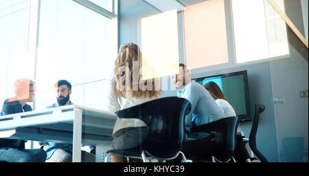 Gente de negocios conferencia en la moderna sala de reuniones Foto de stock