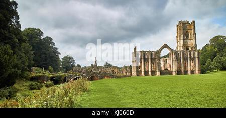 Inglaterra, NorthYorkshire; las ruinas de la abadía cisterciense del siglo XII conocida como Fountains Abbey, uno Foto de stock